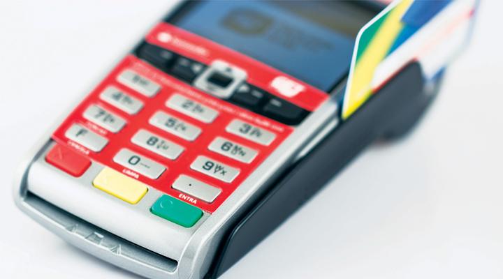 Mantida justa causa para vendedora que ficou com dinheiro do cliente e pagou compra com cartão de crédito próprio